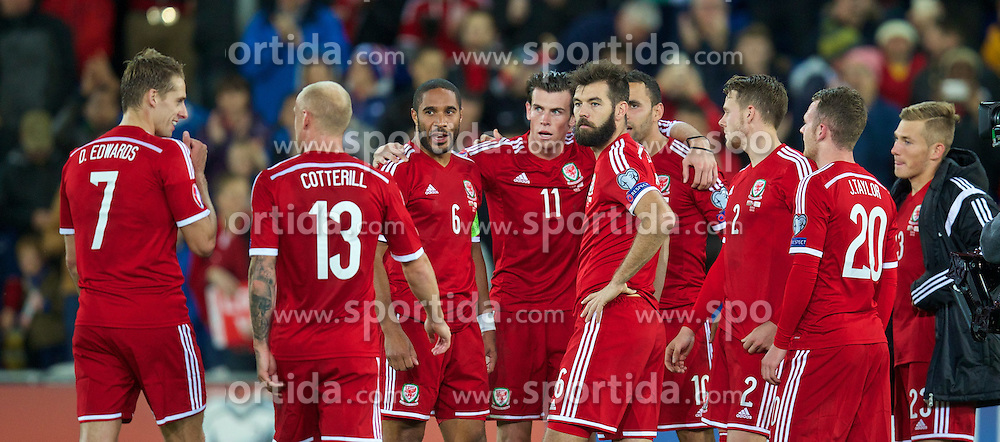 13.10.2014, City Stadium, Cardiff, WAL, UEFA Euro Qualifikation, Wales vs Zypern, Gruppe B, im Bild Wales' Gareth Bale calls his players together for a team huddle after beating Cyprus 2-1 // 15054000 during the UEFA EURO 2016 Qualifier group B match between Wales and Cyprus at the City Stadium in Cardiff, Wales on 2014/10/13. EXPA Pictures &copy; 2014, PhotoCredit: EXPA/ Propagandaphoto/ David Rawcliffe<br /> <br /> *****ATTENTION - OUT of ENG, GBR*****