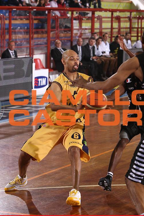 DESCRIZIONE : Porto San Giorgio Lega A 2008-09 Premiata Montegranaro La Fortezza Virtus Bologna<br /> GIOCATORE : Kiwane Garris<br /> SQUADRA : Premiata Montegranaro <br /> EVENTO : Campionato Lega A 2008-2009<br /> GARA : Premiata Montegranaro La Fortezza Virtus Bologna<br /> DATA : 07/05/2009<br /> CATEGORIA : Passaggio<br /> SPORT : Pallacanestro<br /> AUTORE : Agenzia Ciamillo-Castoria/C.De Massis