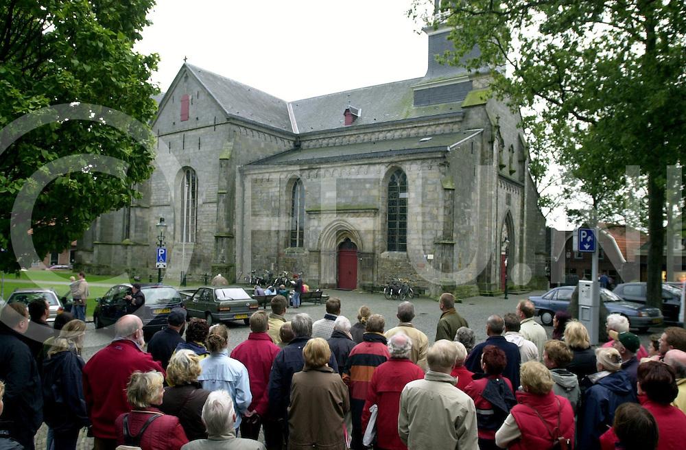 fotografie frank uijlenbroek&copy;2004 frank uijlenbroek<br /> 040922 ootmarsum ned<br /> Nieuwe inwoners krijgen stadswandeling.<br /> foto: met het gezicht naar de kerk