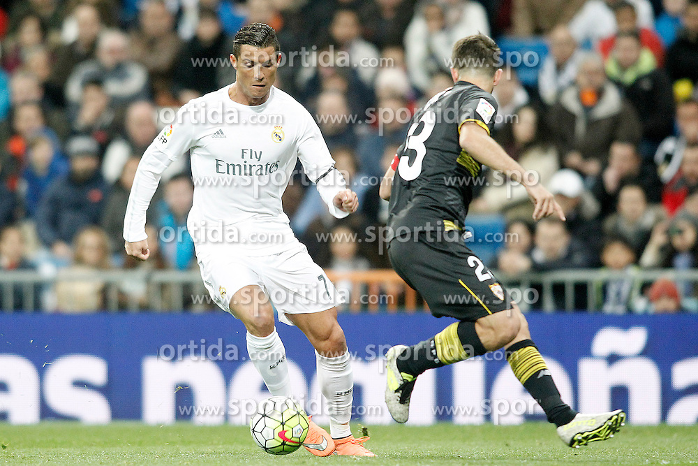 20.03.2016, Estadio Santiago Bernabeu, Madrid, ESP, Primera Division, Real Madrid vs Sevilla FC, 30. Runde, im Bild Real Madrid's Cristiano Ronaldo (l) and Sevilla's Coke // during the Spanish Primera Division 30th round match between Real Madrid and Sevilla FC at the Estadio Santiago Bernabeu in Madrid, Spain on 2016/03/20. EXPA Pictures &copy; 2016, PhotoCredit: EXPA/ Alterphotos/ Acero<br /> <br /> *****ATTENTION - OUT of ESP, SUI*****