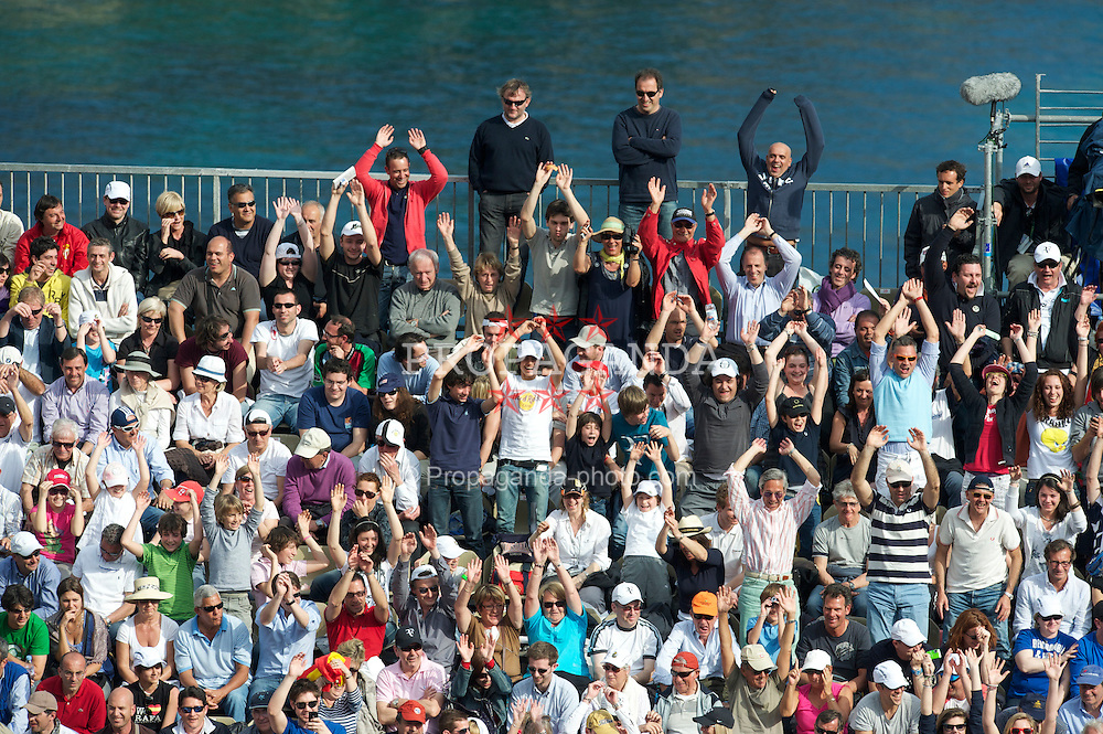 MONTE-CARLO, MONACO - Thursday, April 15, 2010: Spectators perform a 'mexican wave' during the Men's Singles 3rd Round match on day four of the ATP Masters Series Monte-Carlo at the Monte-Carlo Country Club. (Photo by David Rawcliffe/Propaganda)