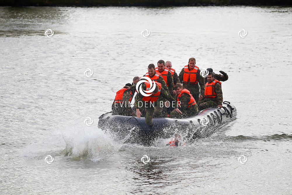 HEDEL - De Prinses Irene Brigade beëdigt nieuwe 'Fuseliers' in Hedel. Zij moesten een stuk zwemmen in de Maas en werden opgevangen door hun collega's die deze doop al hadden ondergaan. FOTO LEVIN DEN BOER - PERSFOTO.NU