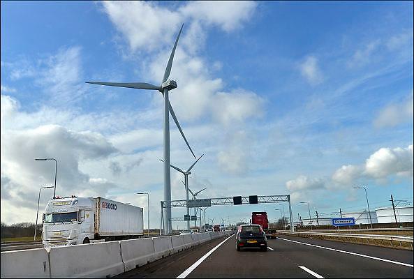 Nederland, Rotterdam, 3-3-2015Windmolens in de Rijnmond, Rotterdamse haven. Hier aan de snelweg A15, N15 die naar de Maasvlakte loopt.FOTO: FLIP FRANSSEN/ HOLLANDSE HOOGTE