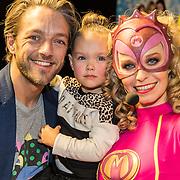 NLD/Amsterdam/20161126 - Studio 100 Winterfestival, Tommie Christiaan met dochter hebben een meet and greet met Mega Mindy