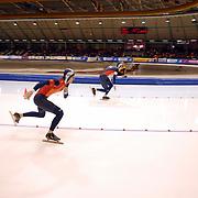 NLD/Heerenveen/20051204 - World Cup schaatsen 2005, start Artyom Detyshev tegen Anatoly Krasheninin