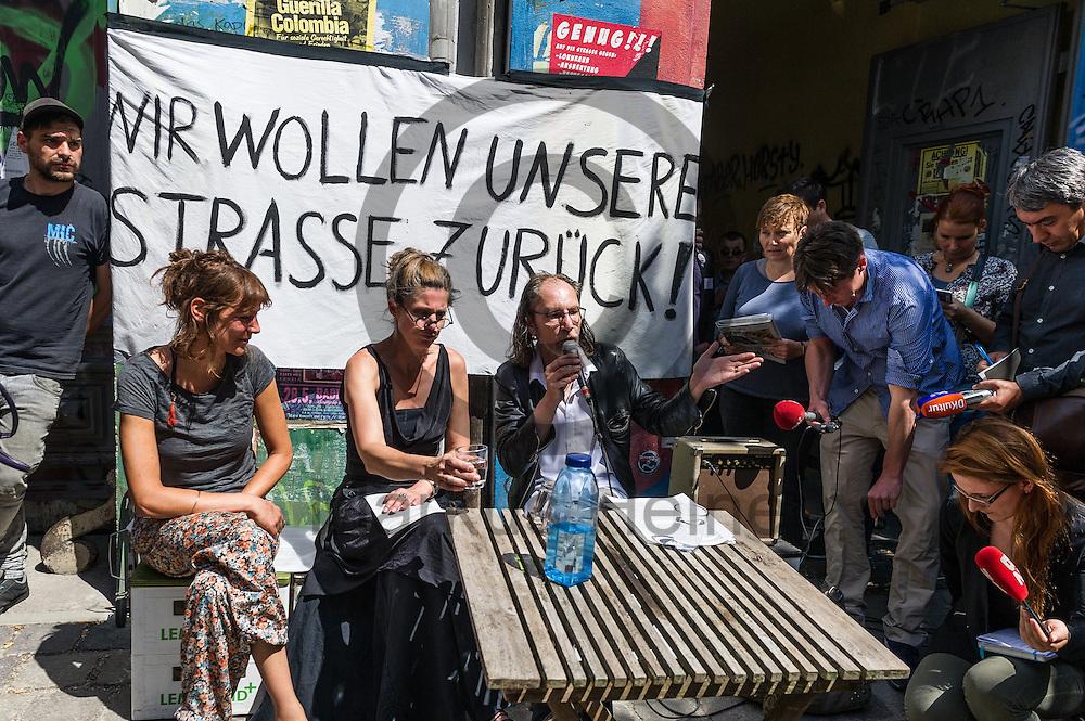Anwohner geben w&auml;hrend der Pressekonferenz in der Rigaer Stra&szlig;e,  am 12.07.2016 in Berlin, Deutschland ein Statement vor der Presse ab. Anwohner der Rigaer Stra&szlig;e stellen auf der Konferenz Vorschl&auml;ge zur Deeskalation vor und fordern die Einrichtung eines Rundes Tisches mit den beteiligten. Foto: Markus Heine / heineimaging<br /> <br /> ------------------------------<br /> <br /> Ver&ouml;ffentlichung nur mit Fotografennennung, sowie gegen Honorar und Belegexemplar.<br /> <br /> Bankverbindung:<br /> IBAN: DE65660908000004437497<br /> BIC CODE: GENODE61BBB<br /> Badische Beamten Bank Karlsruhe<br /> <br /> USt-IdNr: DE291853306<br /> <br /> Please note:<br /> All rights reserved! Don't publish without copyright!<br /> <br /> Stand: 07.2016<br /> <br /> ------------------------------w&auml;hrend der Pressekonferenz in der Rigaer Stra&szlig;e,  am 12.07.2016 in Berlin, Deutschland. Anwohner der Rigaer Stra&szlig;e stellen auf der Konferenz Vorschl&auml;ge zur Deeskalation vor und fordern die Einrichtung eines Rundes Tisches mit den beteiligten. Foto: Markus Heine / heineimaging<br /> <br /> ------------------------------<br /> <br /> Ver&ouml;ffentlichung nur mit Fotografennennung, sowie gegen Honorar und Belegexemplar.<br /> <br /> Bankverbindung:<br /> IBAN: DE65660908000004437497<br /> BIC CODE: GENODE61BBB<br /> Badische Beamten Bank Karlsruhe<br /> <br /> USt-IdNr: DE291853306<br /> <br /> Please note:<br /> All rights reserved! Don't publish without copyright!<br /> <br /> Stand: 07.2016<br /> <br /> ------------------------------