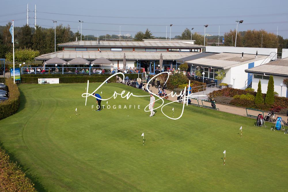 SCHIPLUIDEN - 2017 - puttinggreen met restaurant - clubhuis.  . Golfbaan DELFLAND . COPYRIGHT KOEN SUYK