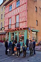 France, Saône-et-Loire (71), Chalon-sur-Saône, place Saint-Vincent, maisons à colombages, jour de marché // France, Saône-et-Loire (71), Chalon-sur-Saône, Saint Vincent square, market day