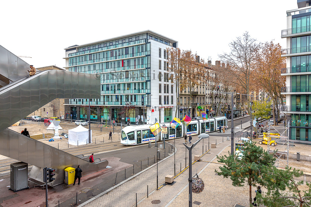 Entrée du tramway sous la gare Lyon Perrache // Entrance of tramway under Lyon Perrache railway station