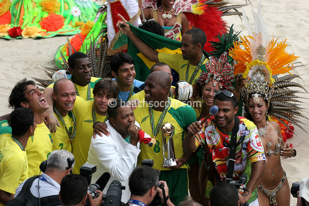 Footbal-FIFA Beach Soccer World Cup 2006 - Final- BRA xURU -Brazil team and the samba school Grande Rio  -Rio de Janeiro- Brazil - 12/11/2006.<br />