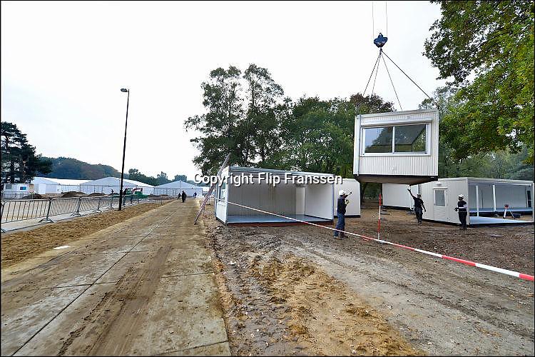 Nederland, the Netherlands, Nijmegen, 12-10-2015 Kamp, tentenkamp Heumensoord, de tijdelijke noodopvang, azc, van het COA. Nu verblijven er een kleine 1500 asielzoekers.  Op het kamp wordt nog volop gewerkt aan de derde fase voor de overige 2000 mensen, alsmede aan de infrastructuur voor elektra, afvoer en water. Ook wordt er een schooltje opgezet voor de kinderen.FOTO: FLIP FRANSSEN