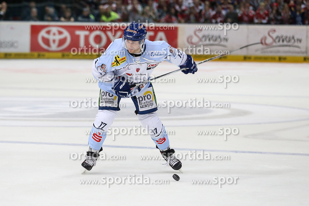 25.09.2015, Lanxess Arena, Koeln, GER, DEL, Koelner Haie vs Straubing Tigers, 5. Runde, im Bild vl. Florian Ondruschka (Straubing Tigers) // during the German DEL Icehockey League 5th round match between Koelner Haie and Straubing Tigers at the Lanxess Arena in Koeln, Germany on 2015/09/25. EXPA Pictures &copy; 2015, PhotoCredit: EXPA/ Eibner-Pressefoto/ Horn<br /> <br /> *****ATTENTION - OUT of GER*****