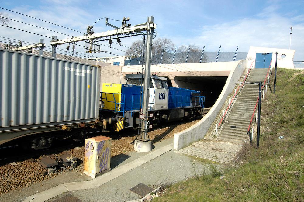 Nederland, Best, 20040401..Ingang van de treintunnel bij Best. De tunnel heeft vier sporen..Goederentrein rijdt de tunnel in. De tunnel heeft allerlei veiligheden ingebouwd. Treinsignalering met geluid en lichtsignaal, camera toezicht, blusapparatuur..