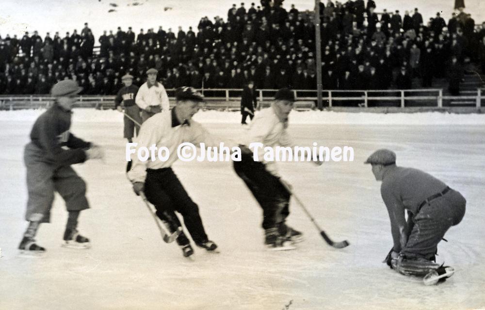 J&auml;&auml;pallo- &amp; jalkapallomaajoukkueen maalivahti Risto Rinteen albumi. <br /> Tilannekuva ottelusta HJK - Suden Pallokent&auml;ll&auml; 1937. Lopputulos 5-1.