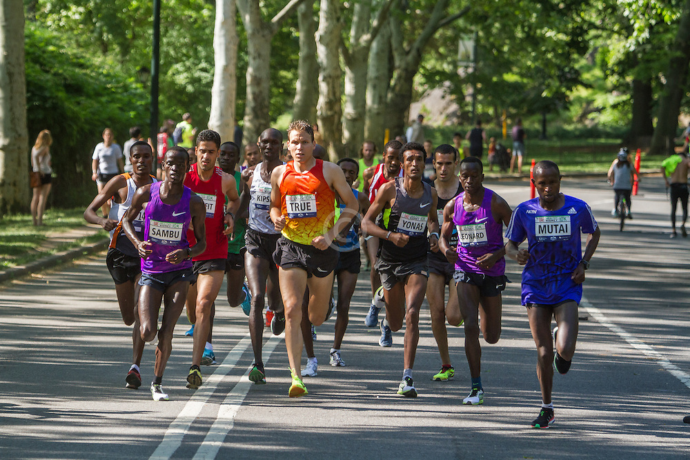 UAE Healthy Kidney 10K, lead pack of men in first mile of race