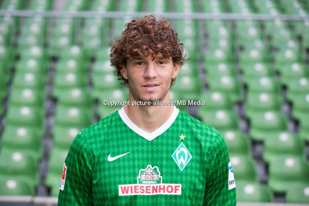 Mateo Pavlovic des Fussball-Bundesligisten Werder Bremen, posiert am 29.07.2013 waehrend des offiziellen Fototermins fuer die Saison 2013-2014 im Weserstadion in Bremen. Foto: Joerg Sarbach/dpa