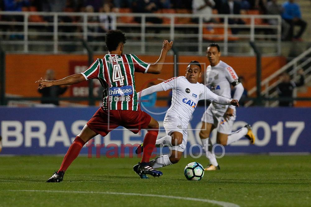 Renato Chaves do Fluminense (e) e Vladimir Henandez do Santos, na noite desta segunda-feira (14), no Estádio Paulo Machado de Carvalho (Pacaembu) ZN Oeste da cidade. Foto: Léo Pinheiro/Framephoto