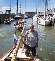 AMSTERDAM - MODEL RELEASED - Boten in de Oranje Sluizen . Dick Suijk aan het roer.  ANP COPYRIGHT KOEN SUYK