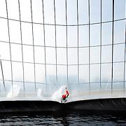 Nederland Delft 30 augustus 2007 20070830..Pino Ciampienetti tel 070 3656368, medewerker organisatie, verlaat de waterpiramide door door een sleuf naar buiten te glijden ..Waterpiramide op zonne-energie.Langs de A13 bij Delft is vanaf donderdag een piramide te zien die water zuivert op zonne-energie. Het bijna negen meter hoge bouwwerk wordt normaal gesproken in ontwikkelingslanden opgebouwd om zout en vervuild water te destilleren..?.De bedenker, ingenieur Martijn Nitzsche, demonstreert zijn uitvinding deze maand wegens het lustrum van de TU Delft. ..De waterpiramide is een grote witte tent met een grondoppervlakte van zo'n 650 vierkante meter, die vooral in de tropen, nabij de kust, wordt ingezet. Het zoute water dat in de piramide wordt gepompt, verdampt als overdag de zon op het doek schijnt en de lucht in de tent tot zo'n 75 graden oploopt. Het vuil en het zout blijven op de grond achter en het schone, zoete water druppelt langs de binnenkant van het doek om in een gootje te worden opgevangen. Per dag wordt op deze manier zo'n 1500 liter gegenereerd, dit water kan via jerrycans naar de verschillende dorpen in de omgeving worden gebracht.  ..,,In Afrika staan nu twee van deze tenten. Binnenkort komen er nog vier in Azië bij'', aldus Nitzsche. De Wereldbank beloonde de Delftse ingenieur in 2006 met de innovatieprijs van 190 duizend dollar voor zijn uitvinding. ..Aanvullende info: www.waterpyramid.nl.The need?.?.The need for safe, clean drinking water is increasing rapidly. Natural supplies can no longer cope, and shortages happen around the world - especially in tropical and developing counties. There is often enough water available, but it is salty, brackish or dirty, and needs cleaning to make it safe to drink.??Governments, scientists and engineers are working on .?.ways to do this, but existing methods such as 'multi flash distillation' or 'reverse osmosis' have many drawbacks. The equipment is expensive to build, is knowledge intensive and consumes a lot of