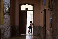 PALERMO, 29 LUGLIO 2015: Un bambino che frequenta il GREST (Gruppo Estivo) è qui nella Parrocchia di Santa Lucia Borgovecchio, a Palermo il 29 luglio 2015.