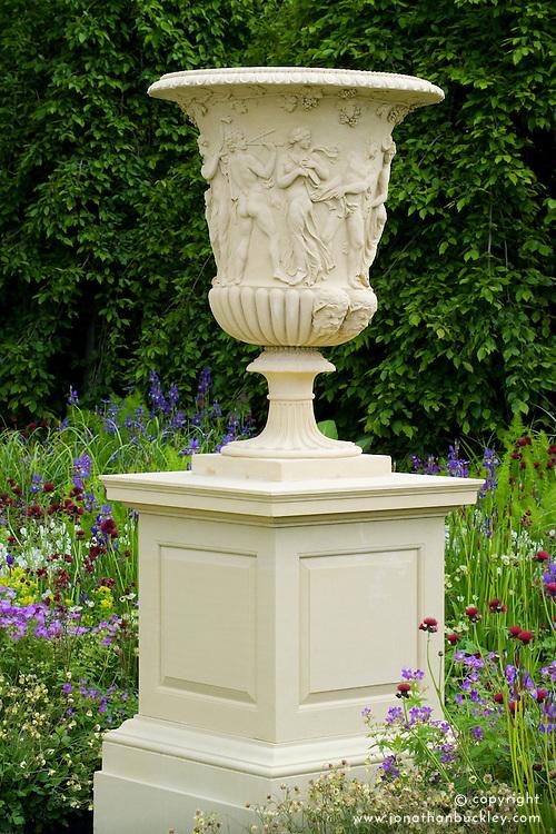 Giant Borghese urn on plinth. Design: Tom Stuart-Smith - Chelsea 2005