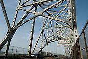 El Puente de las Américas es un puente vehicular localizado en Panamá, cruza en la entrada del Pacífico del canal de Panamá, y une las localidades de Balboa (en la ciudad de Panamá) al noreste, y el distrito de Arraiján por el suroeste.©Daniel Ho/istmophoto.com
