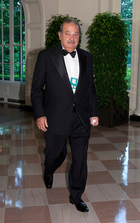 Business magnate Carlos Slim arrives for the State Dinner hosted by US President Barack Obama and first lady Michelle Obama for the President of Mexico Felipe Calderon and his wife Margarita Zavala at the White House in Washington on May 19, 2010.       REUTERS/Joshua Roberts    (UNITED STATES)