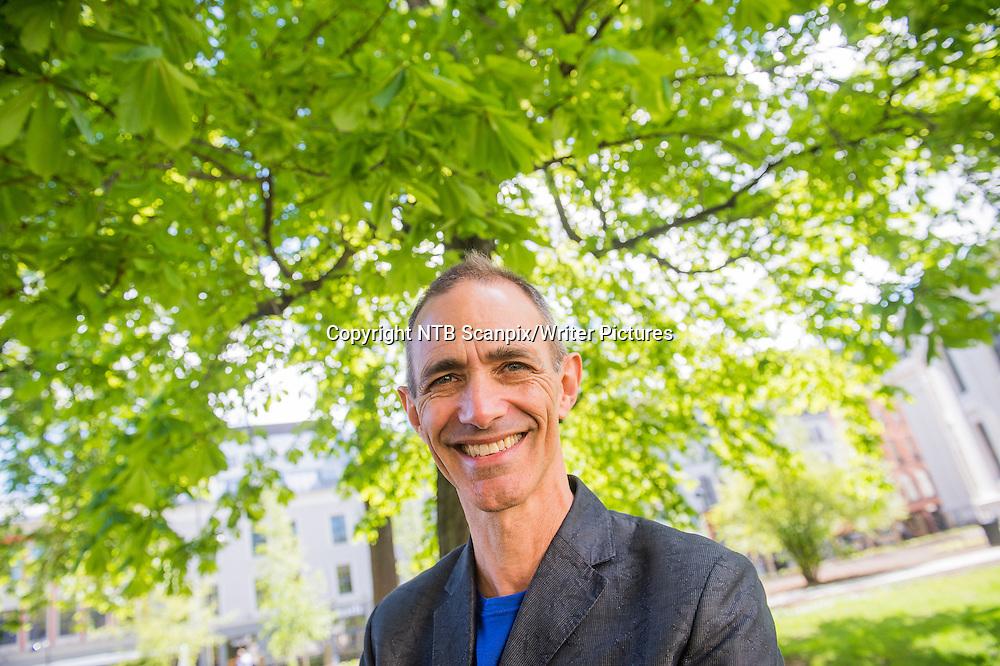 Oslo  20150508.<br /> Barnebokforfatter Andy Griffiths fra Australia er p&Acirc; Norges bes&macr;k. Han st&Acirc;r bak b&macr;kene Trehuset.<br /> Foto: Fredrik Varfjell / NTB scanpix<br /> <br /> NTB Scanpix/Writer Pictures<br /> <br /> WORLD RIGHTS, DIRECT SALES ONLY, NO AGENCY