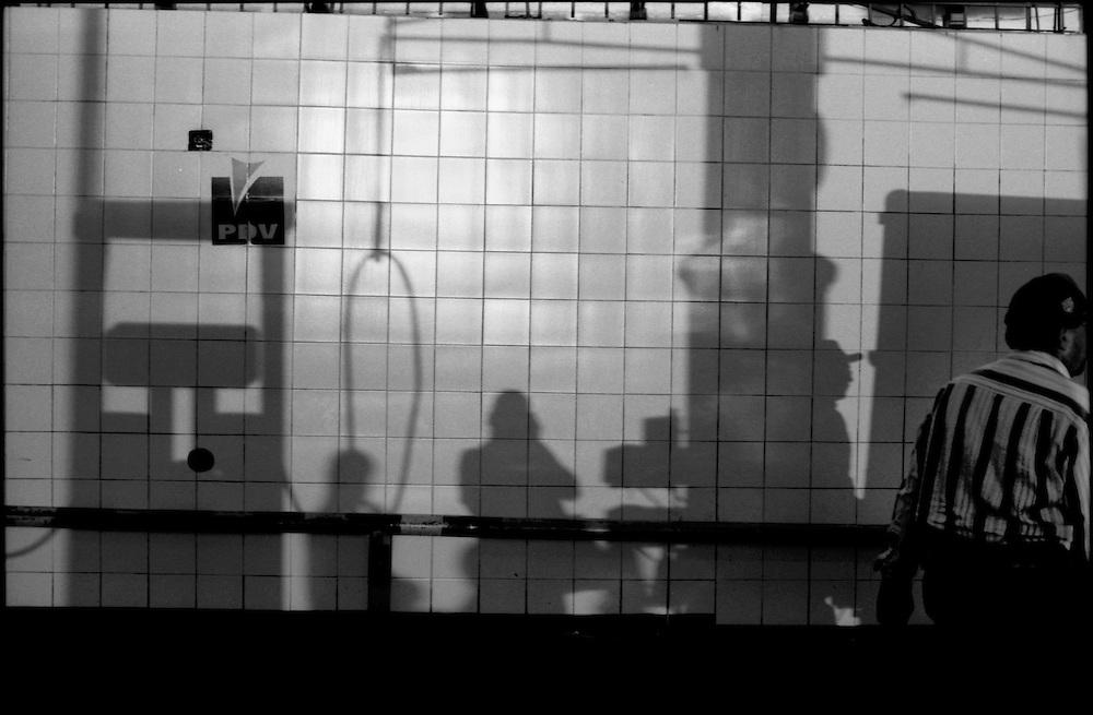 SELF PORTRAITS / AUTORRETRATOS.Photography by Aaron Sosa.Caracas - Venezuela 2001.(Copyright © Aaron Sosa)