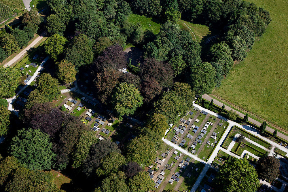 Nederland, Drenthe, Gemeente Aa en Hunze, 08-09-2009; Rolde, begraafplaaats, graven met grafstenen; .Cemetery, graves with tombstones.Dolmen, official archeological monument.luchtfoto (toeslag); aerial photo (additional fee required); .foto Siebe Swart / photo Siebe Swart