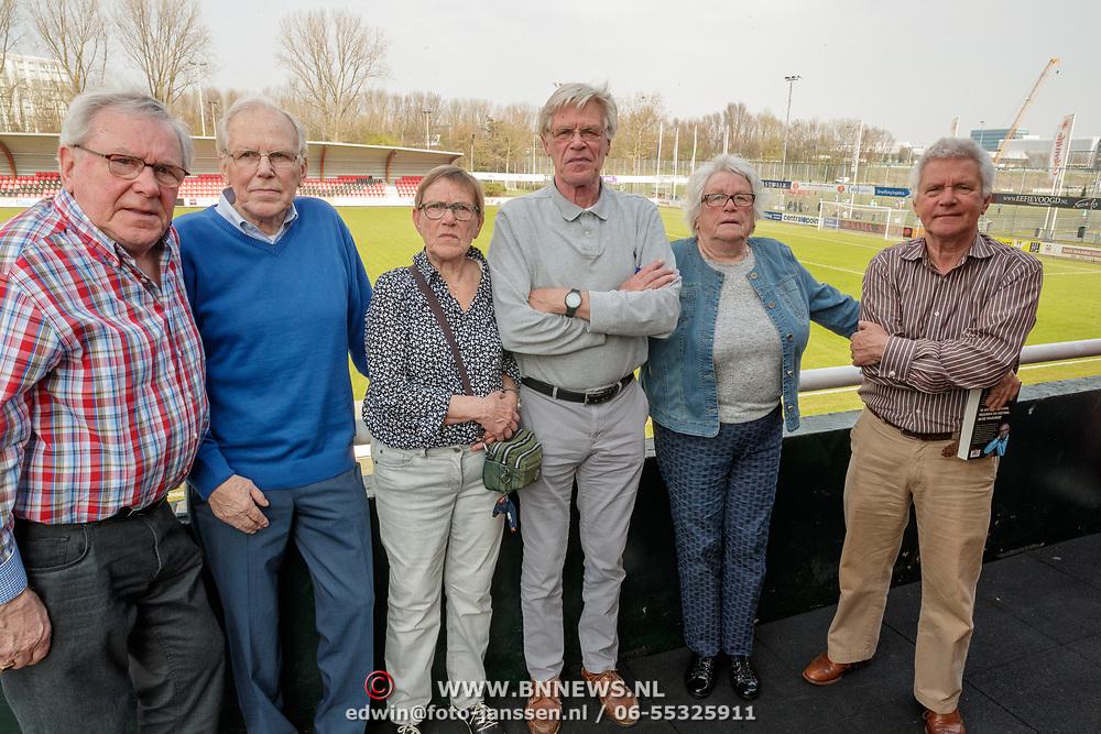 NLD/Amsterdam/20190330 - Boekpresentatie Oud keeper Jan Jongbloed, Jan met broers en zusters