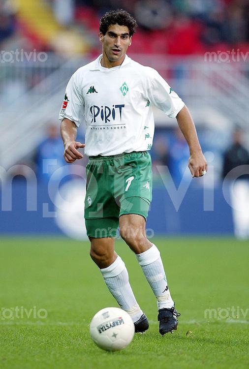 Fussball / 1. Bundesliga Saison 2002/2003  Paul Stalteri, Einzelaktion am Ball Werder Bremen