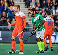AMSTELVEEN -  Mink van der Weerden (Ned) heeft gescoord   tijdens de eerste Olympische kwalificatiewedstrijd hockey mannen ,  Nederland-Pakistan. rechts Ajaz Ahmad (Pak)   KNHB KOEN SUYK