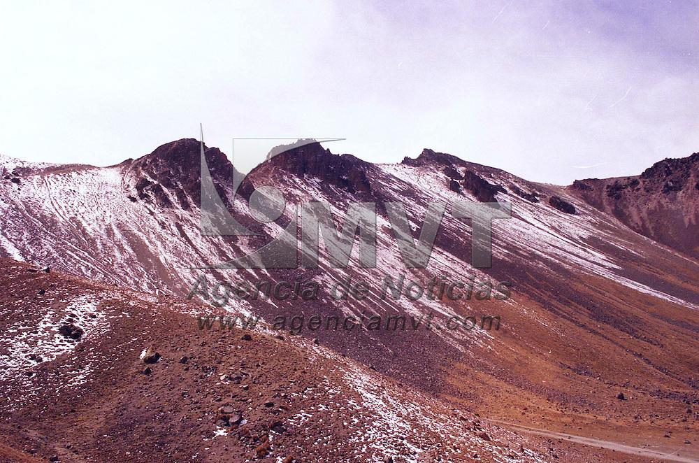 Zinacantepec, M&eacute;x.- Aspecto de como luci&oacute; el nevado de Toluca el dia de hoy, se espera decienda la temperatura en los pr&oacute;ximos dias. Agencia MVT / Arturo Rosales Ch&aacute;vez. (FILM)<br /> <br /> NO ARCHIVAR - NO ARCHIVE