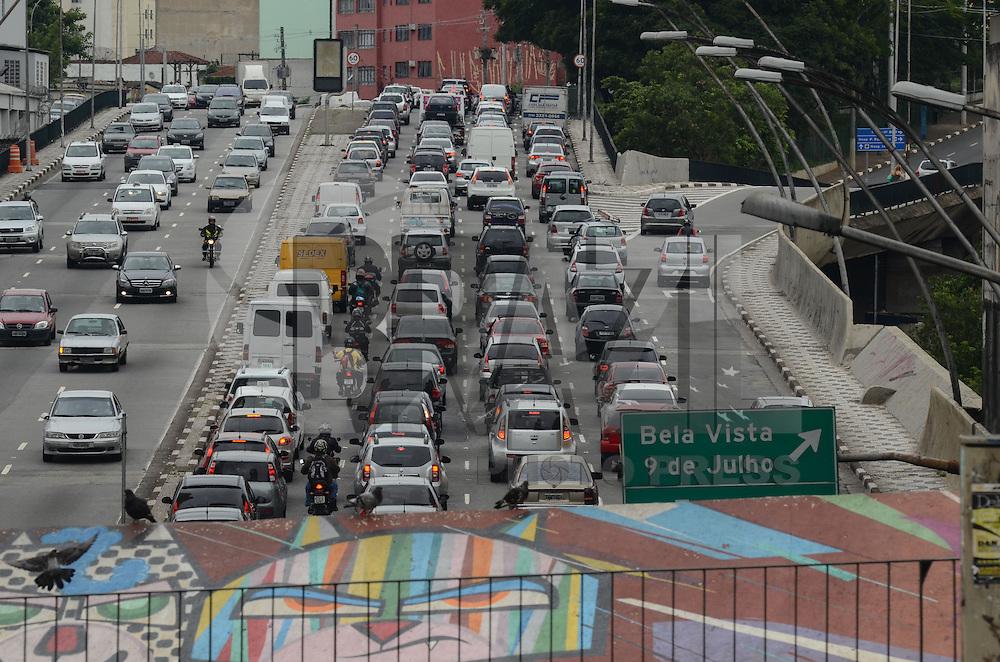 SAO PAULO, SP, 17 DEZEMBRO 2012 - Transito intenso na ligacao leste oeste, regiao central da capital no fim da  tarde desta segunda feira, 17. (FOTO: ALEXANDRE MOREIRA / BRAZIL PHOTO PRESS).