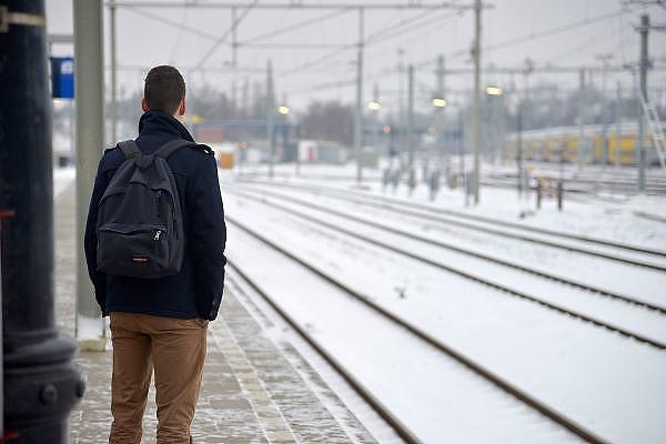 Nederland, Nijmegen, 15-1-2013De N.S. heeft grote problemen door het winterse weer. Passagiers op station Nijmegen wachten op hun trein. Tussen Oss en Nijmegen is een seinstoring waardoor vanuit en in die richting geen treinen rijden.Foto: Flip Franssen