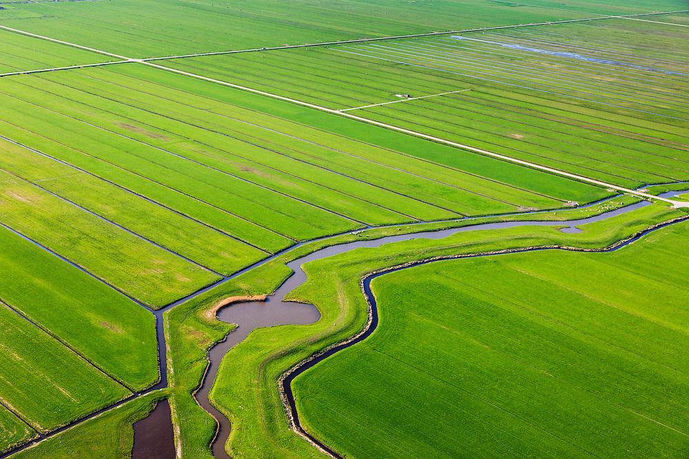 Nederland, Utrecht, Gemeente Eemnes, 01-05-2013; Zomerdijk tussen Noordpolder en Maatpolder (polders tussen Eemnes en Spakenburg), een van de laatste open polderlandschappen in de Randstad.<br /> De dijk in de Eemnesserpolder heeft wielen, restanten van vroegere dijkdoorbraken<br /> Summer dike between Noordpolder and Maatpolder (polders between Eemnes and Spakenburg), one of the last open polder landscapes in the Randstad.<br /> luchtfoto (toeslag op standard tarieven)<br /> aerial photo (additional fee required)<br /> copyright foto/photo Siebe Swart