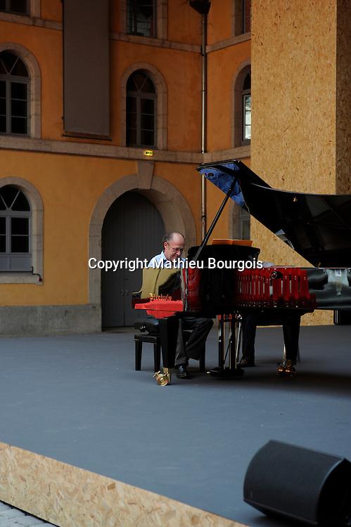 """Alain Planès est l'un des pianistes les plus remarqués de sa génération. Sa carrière de soliste le conduit dans les plus grands festivals. Il travaille actuellement à l'élaboration de la Flûte Enchantée mise en scène par Peter Brook. Il a notamment gravé pour Harmonia Mundi une intégrale des Sonates de Schubert qui, comme ses récents enregistrements consacrés à Chopin, Haydn, Scarlatti, a été salué par la critique internationale. Son dernier disque, Debussy – Estampes / Images inédites, achève son intégrale de l'oeuvre pour piano seul de Debussy. Cet enregistrement a été récompensé notamment par un """"Choc"""" du Monde de la Musique et par la revue allemande Fono-Forum"""