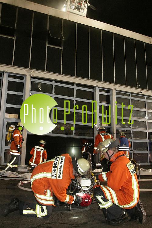 Mannheim. 20.12.2011. Bei einem Groflbrand in einer Auto-Niederlassung in Mannheim (Mercedes Benz) ist in der vergangenen Nacht ein Sachschaden in H&circ;he von mindestens 700 000 Euro entstanden. Das Feuer war nach Angaben der Polizei aus bislang ungekl&permil;rter Ursache in der Lackiererei ausgebrochen. Der Pf&circ;rtner hatte, nachdem Brandalarm ausgel&circ;st worden war, die Feuerwehr gerufen, die die Flammen schnell unter Kontrolle bringen konnte. Bei dem Brand wurden zwei Lastwagen v&circ;llig zerst&circ;rt, weitere wurden teils stark besch&permil;digt. Verletzt wurde niemand. Trotz starker Rauchentwicklung bestand laut Polizei keine Gefahr f&cedil;r die Bev&circ;lkerung.<br /> <br /> <br /> Bild: Markus Proflwitz 20DEC11 / masterpress /
