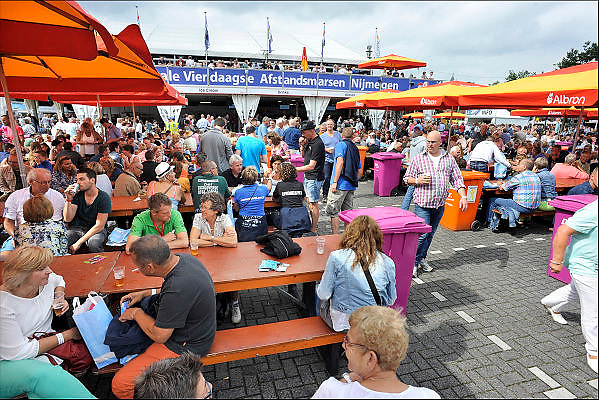 Nederland, Nijmegen, 19-7-2015 Inschrijving voor de vierdaagse. Op de Wedren schrijven lopers zich in voor de tocht die dinsdag begint.30, 40 en 50 km. 46.000 deelnemers hebben zich aangemeld. Ze krijgen een polsbandje met een barcode die de controle op het parcours makkelijker maakt. The International Four Day Marches Nijmegen, or Vierdaagse, is the largest marching event in the world. It is organized every year in Nijmegen mid-July as a means of promoting sport and exercise. Participants walk 30, 40 or 50 kilometers daily, and on completion, receive a royally approved medal, Vierdaagsekruisje. The participants are mostly civilians, but there are also a few thousand military participants. The maximum number of 45,000 registrations has been reached. More than a hundred countries have been represented in the Marches over the years. FOTO: FLIP FRANSSEN/ HOLLANDSE HOOGTEFoto: Flip Franssen/Hollandse Hoogte