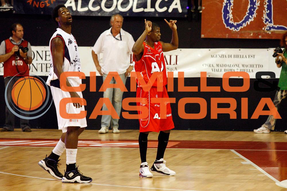 DESCRIZIONE : Biella Lega A 2008-09 Playoff Semifinale Gara 4 Angelico Biella Armani Jeans Milano<br /> GIOCATORE : Hollis Price James Gist<br /> SQUADRA : Armani Jeans Milano Angelico Biella<br /> EVENTO : Campionato Lega A 2008-2009 <br /> GARA : Angelico Biella Armani Jeans Milano<br /> DATA : 04/06/2009<br /> CATEGORIA : Curiosita<br /> SPORT : Pallacanestro <br /> AUTORE : Agenzia Ciamillo-Castoria/E.Pozzo