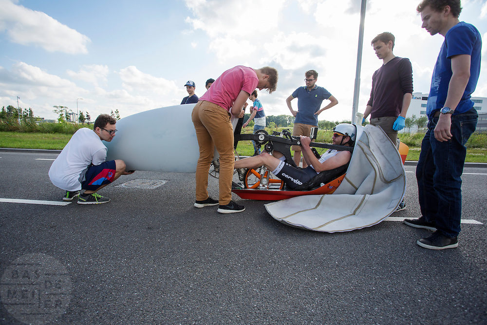 In Delft test Jan Bos voor het eerst de VeloX 6, de nieuwe recordfiets van het HPT. In september wil het Human Power Team Delft en Amsterdam, dat bestaat uit studenten van de TU Delft en de VU Amsterdam, tijdens de World Human Powered Speed Challenge in Nevada een poging doen het wereldrecord snelfietsen te verbreken. Het record is met 139,45 km/h sinds 2015 in handen van de Canadees Todd Reichert.<br /> <br /> In Delft rider Jan Bos tests the VeloX 6 for the first time. With the special recumbent bike the Human Power Team Delft and Amsterdam, consisting of students of the TU Delft and the VU Amsterdam, also wants to set a new world record cycling in September at the World Human Powered Speed Challenge in Nevada. The current speed record is 139,45 km/h, set in 2015 by Todd Reichert.