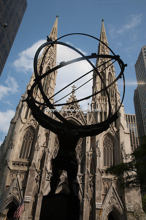 New York, the Atlas sculpture at the Rockfeller center  and saint patrick cathedral. / le geant, Atlas , sculpture. Rockfeller center building et la cathedrale saint Patrick