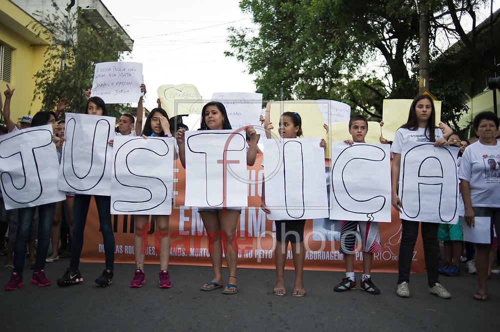 São Paulo, SP - 13/11/2013 - Pessoas se reunem em frente a escola em que Douglas Rodrigues, 17 estudava para protestar contra a violência polícia na região norte da cidade. Foto: Felipe Paiva/Frame