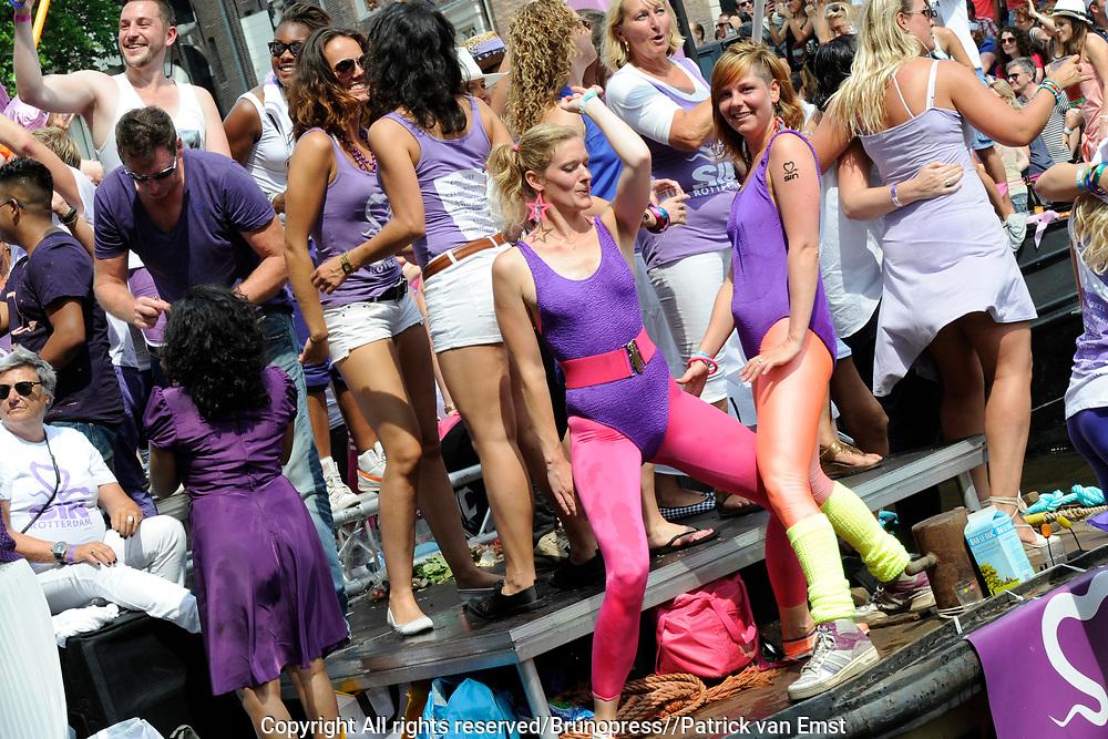 De Canal Parade 2014 - een botenparade over de Amsterdamse grachten en het hoogtepunt van Gay Pride Amsterdam.<br /> <br /> The Canal Parade 2014 - a boat parade on the canals of Amsterdam and the highlight of Gay Pride Amsterdam.<br /> <br /> Op de foto / On the photo: <br /> <br /> <br />  Feestelijk uitgedoste deelnemers / Festively clad participants