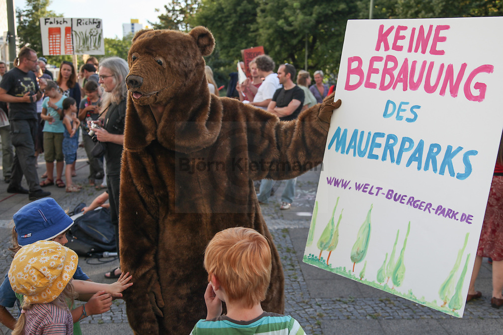 Berlin, Germany - 23.08.2012 <br /> <br /> Residents protest outside the town hall Berlin-Mitte and in the borough assembly against development plans for the Mauerpark .<br /> <br /> Anwohner protestieren vor dem Rathaus Berlin-Mitte und in der Bezirksverordnetenversammlung gegen Bebauungsplaene fuer den Mauerpark. <br />  <br /> Photo: Bjoern Kietzmann