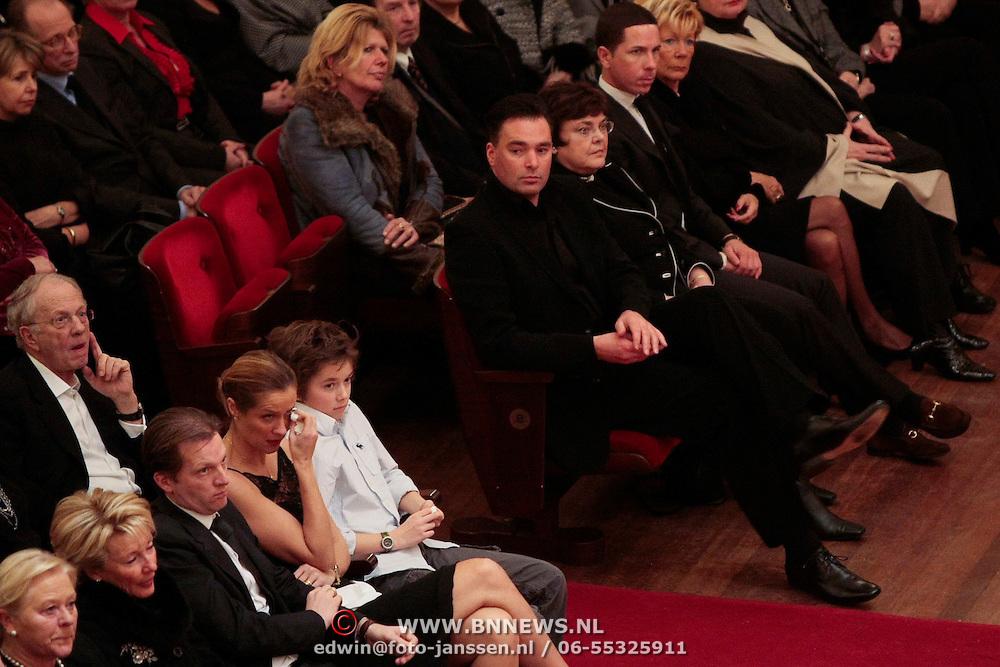 NLD/Amsterdam/20100122 - Uitvaart Edgar Vos, Paul Schulten en Paulien Huizinga in tranen