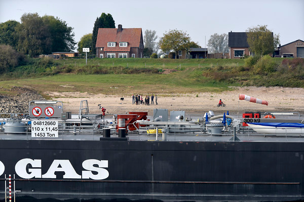 Nederland, the netherlands, Waal, 21-10-2018Een tankschip vaart over de Rijn, Waal tussen Emmerich en Millingen.Foto: Flip Franssen