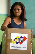 Una mujer vota en el referendo consultivo sobre la reforma constitucional propuesta por el presidente venezolano, Hugo Chávez hoy, domingo 2 de diciembre, en Caracas (Venezuela). (ivan gonzalez)