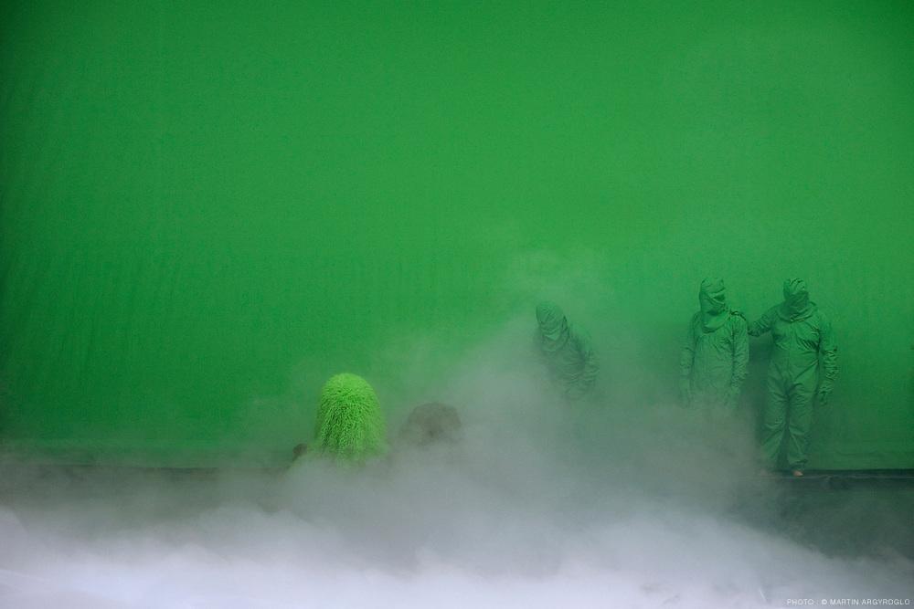 BIG BANG / Philippe Quesne / Vivarium Studio. Manège de Reims, 10 février 2011. Photo : Martin Argyroglo..Avec Isabelle Angotti, Rodolphe Auté, Yvan Clédat, Jung-Ae Kim, Sylvain Rausa , Emilien Tessier, César Vayssié, Gaëtan Vourc'h